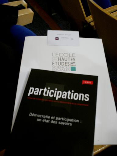Le kit du participant : le badge, la pochette et la revue Participations.